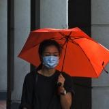 femme coronavirus masque avec parapluie rouge