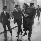 Emmeline Pankhurst arrêtée pour des actions illégales et dénoncées comme violentes